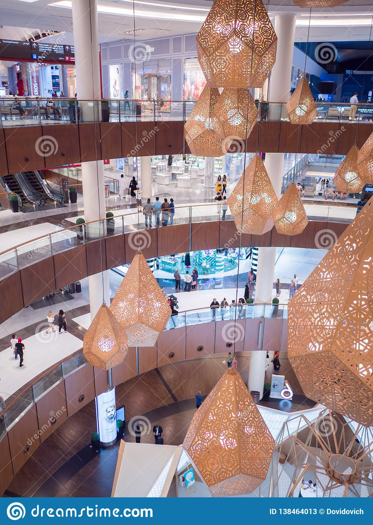 Dubaj, UAE - Maj 15, 2018: Dubaj centrum handlowe jest jeden wielcy centra handlowe w świacie