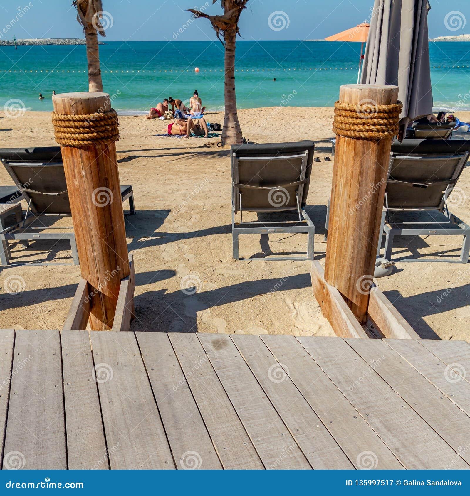 Dubaj Zjednoczone Emiraty Arabskie, Grudzień, - 12, 2018: różnorodni elementy plażowi udogodnienia