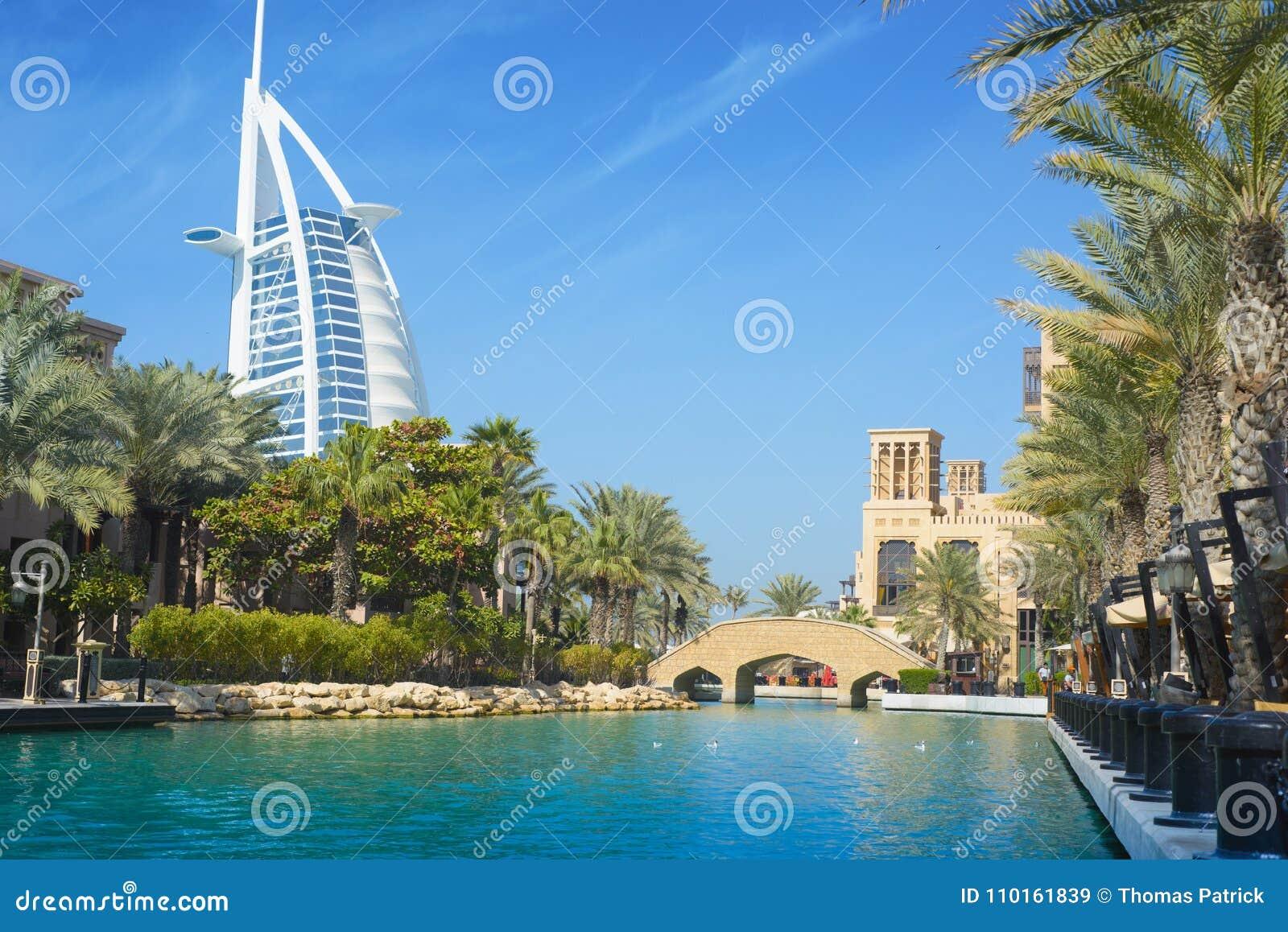 DUBAJ ZJEDNOCZONE EMIRATY ARABSKIE, WRZESIEŃ, - 10, 2018: - Burj Al arab Souq Madinat Jumeirah