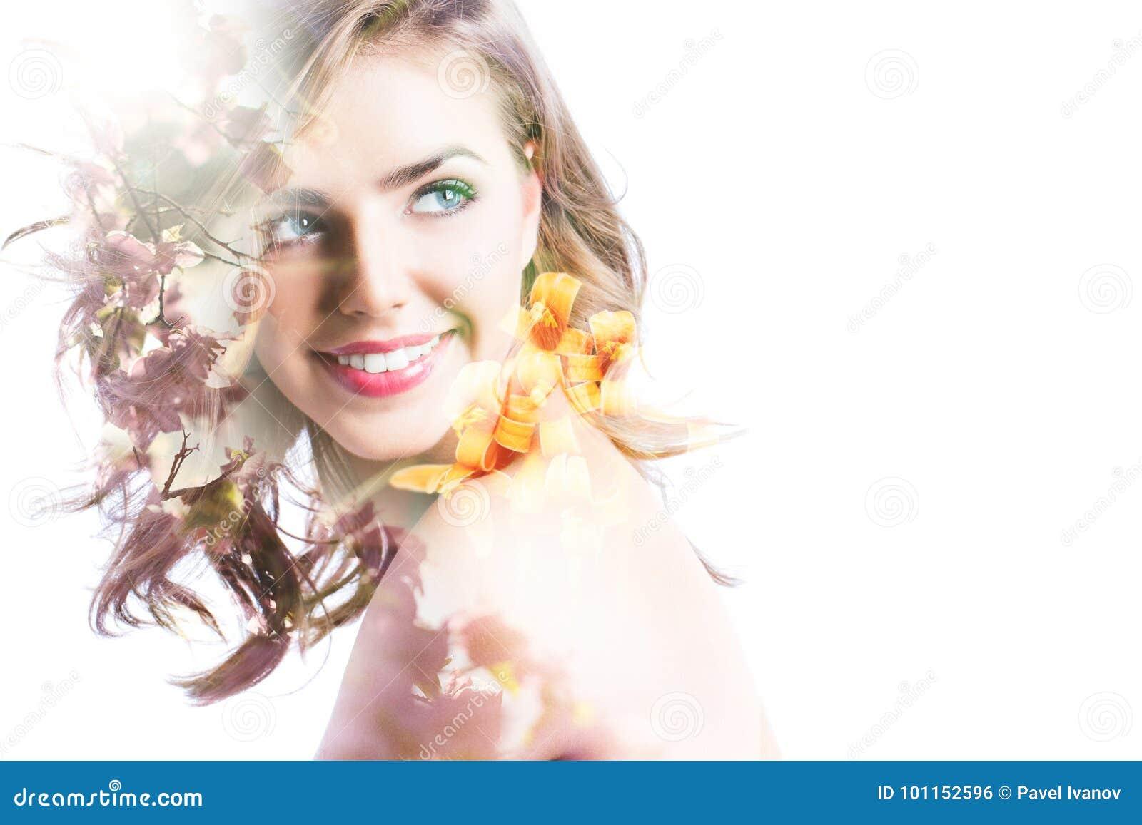 Dubbel blootstellingsportret van mooie vrouw, zonsondergangoverzees en bloemen