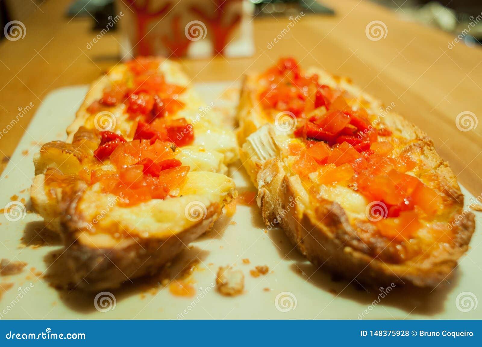 Dubbel brusqueta med italienska tomater och ost, p? tabellen, ?gonsikt