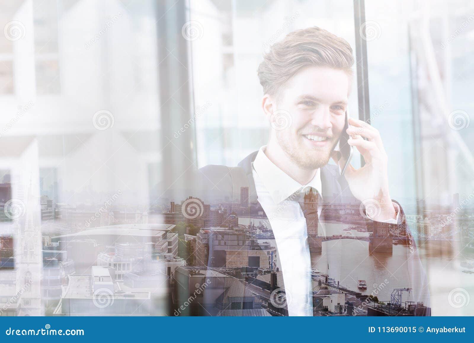 Dubbel exponering av affärsmannen som talar vid telefonen, kommunikationsbegrepp