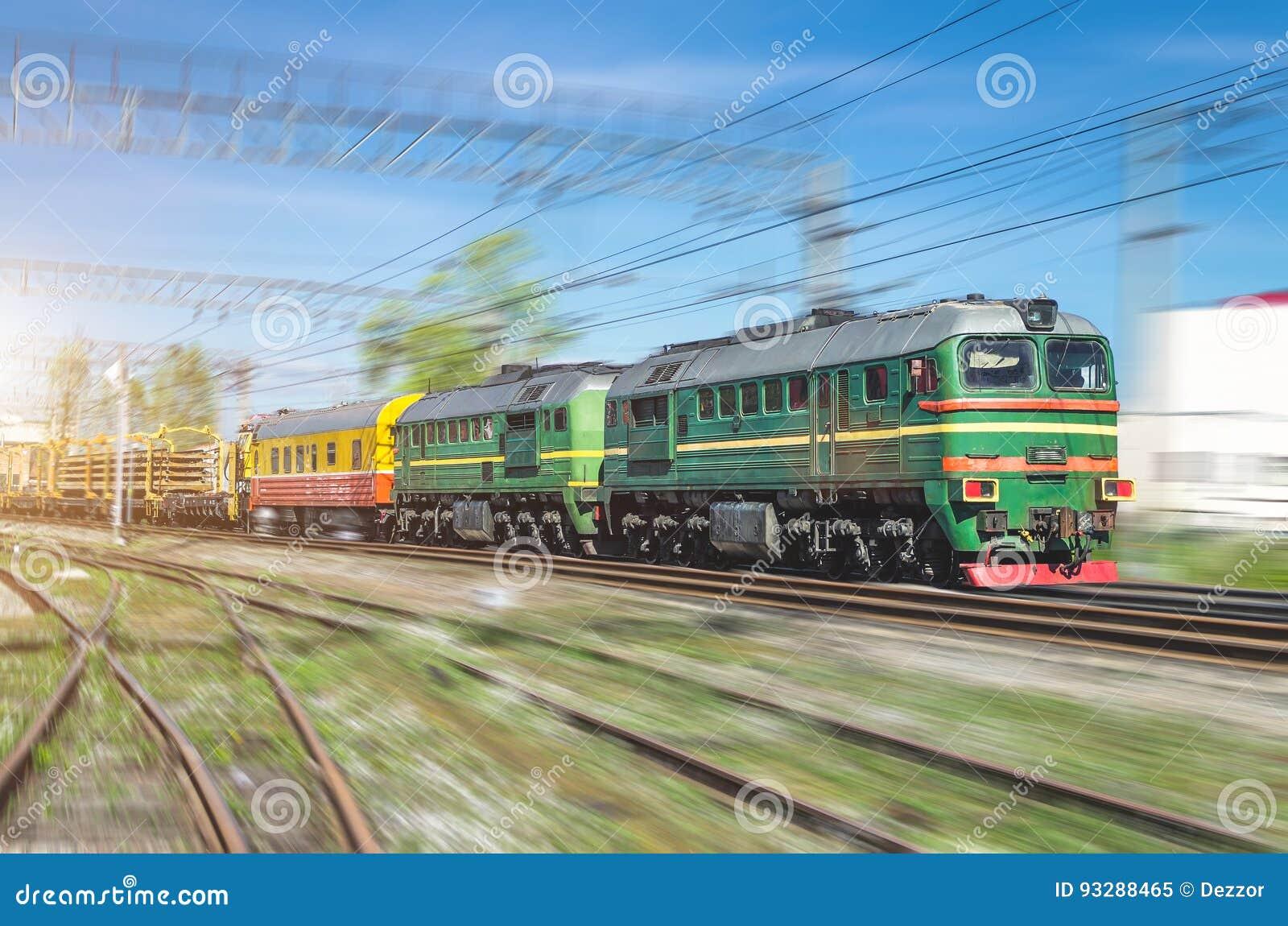 Dubbel lokomotiv för gräsplan för fraktdrev och på gafflarna av järnvägsspåren