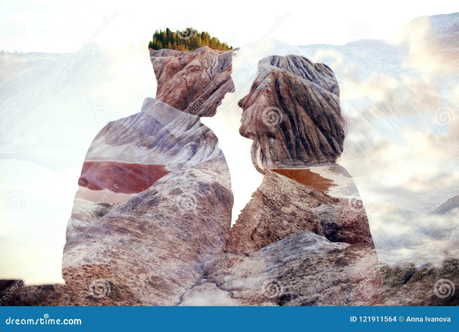 Dubbel van de blootstellingsman en vrouw paar die met bergen op achtergrond koesteren Bergen binnen paar in liefde De minnaars be