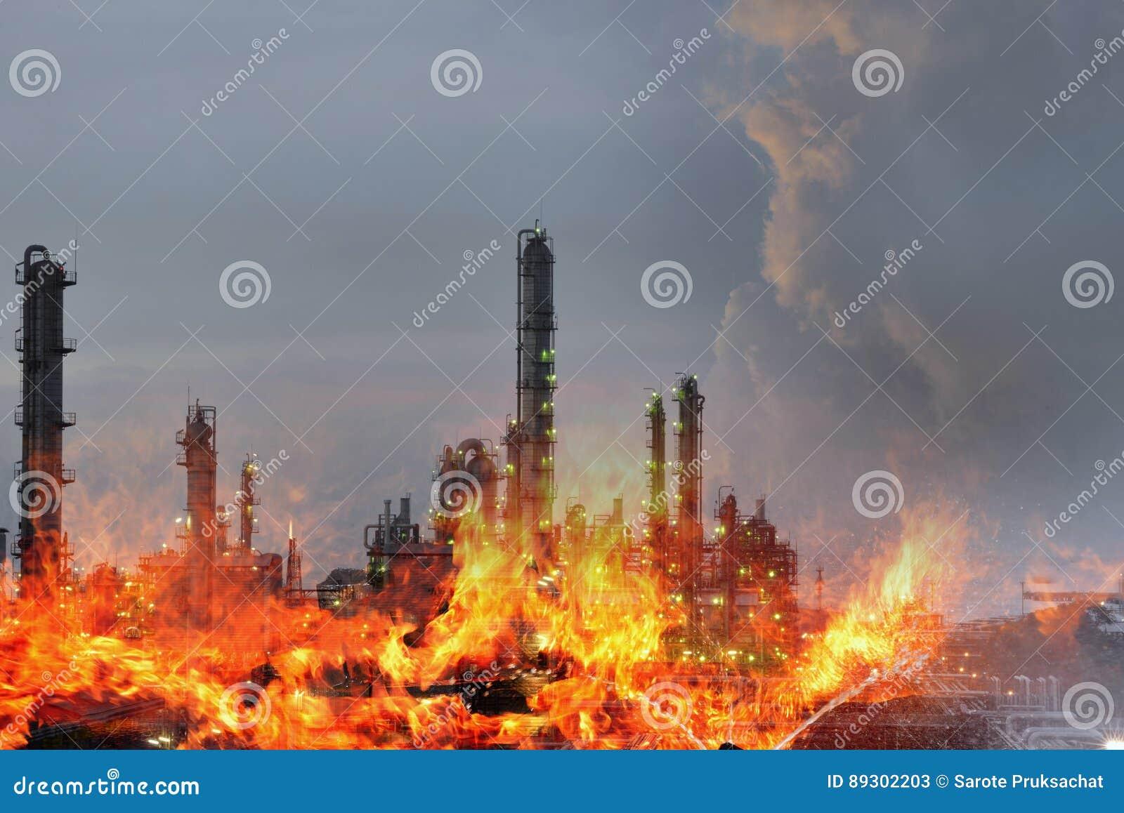 Dubbele blootstelling van Brand en raffinaderijinstallatie, conceptencrisis een groot de brand van de olieraffinaderij en van de