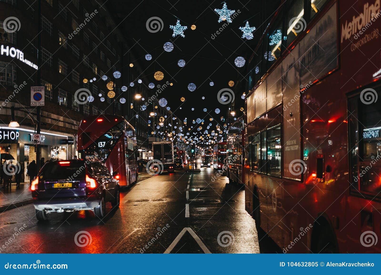 Download Dubbele Dek Rode Bussen, Zwarte Die Cabines En Auto's Op De Straat Van Oxford, Londen, Met Kerstmislichten Wordt Verfraaid Redactionele Afbeelding - Afbeelding bestaande uit avond, verlicht: 104632805