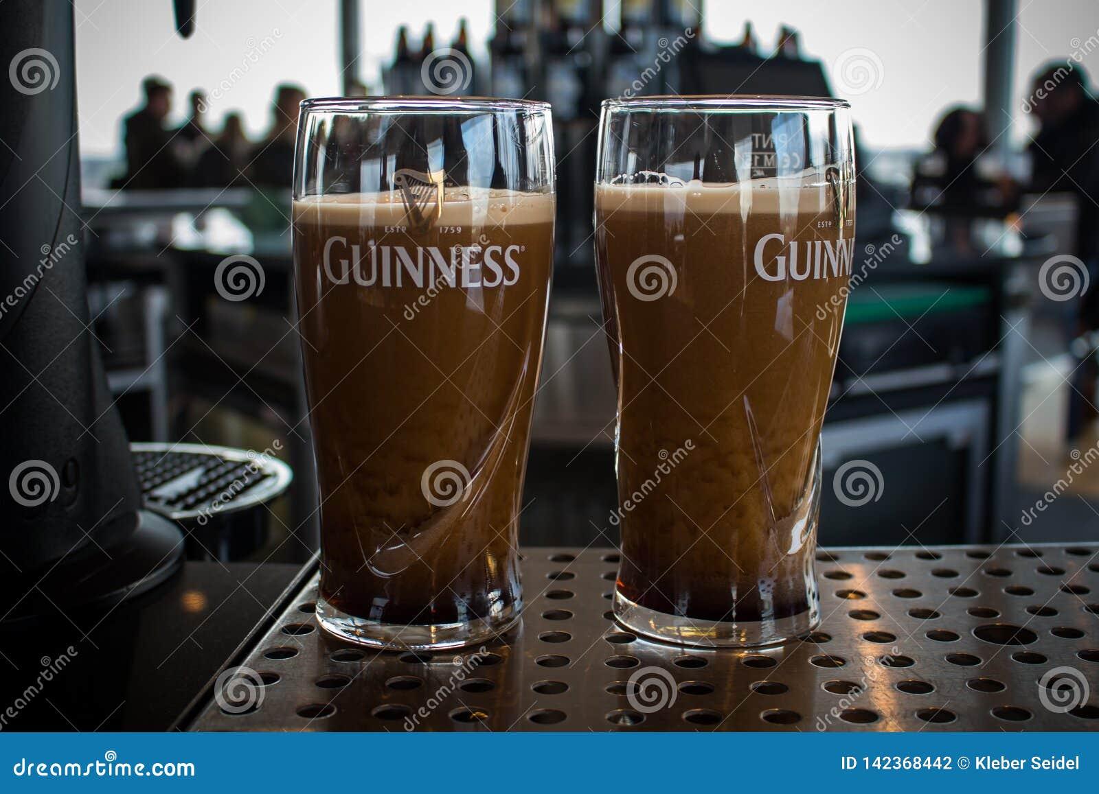 DUBLIN, IRLAND - 7. FEBRUAR 2017: Zwei halbe Liter von Guinneß auf einem Stand fast bereit, innerhalb des Guinness-Lagerhauses zu