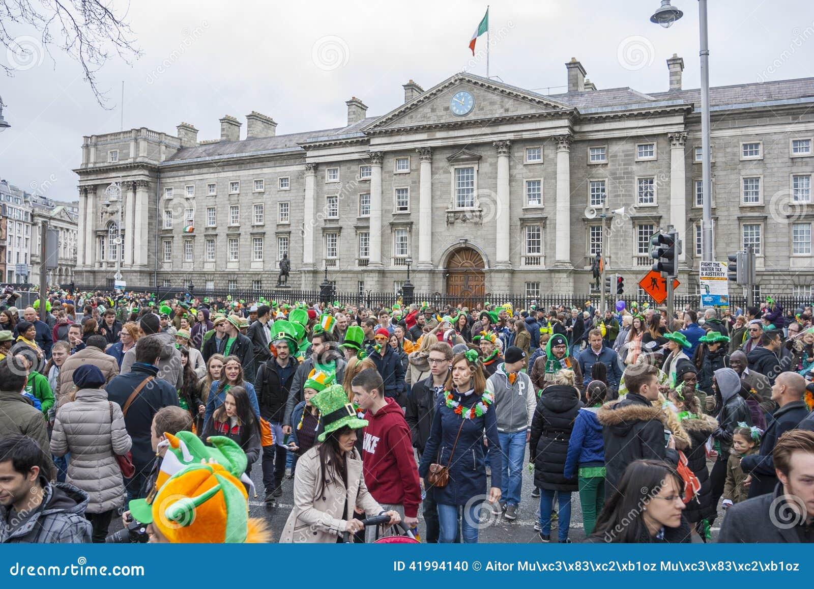 DUBLIN, IRLANDA - 17 DE MARÇO: Parada do dia de St Patrick em Dublin