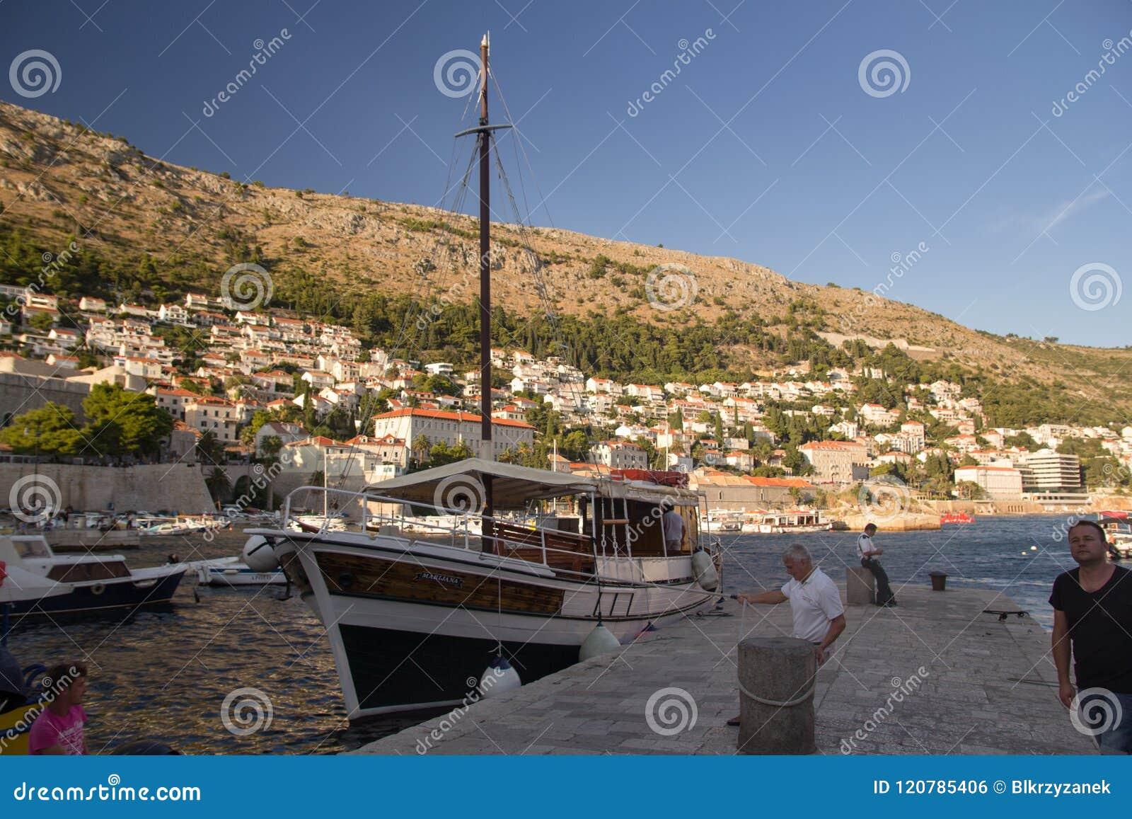 Dubrovnik, Croacia - 08 23 2016: Un hombre amarró un barco en el puerto de Dubrovnik