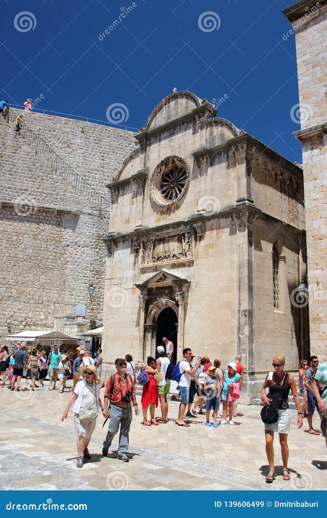 Dubrovnik Kroatien, Juni 2015 Fyrkanten framme av den medeltida katolska kyrkan inom fästningväggarna