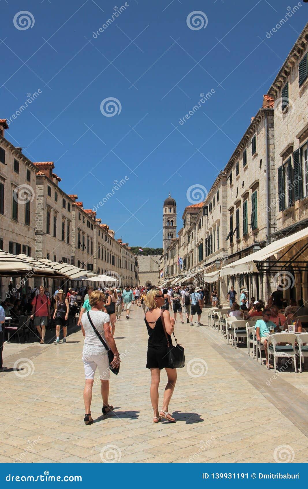 Dubrovnik Kroatien, Juni 2015 Sikt av den huvudsakliga gatan av den forntida staden mot den blåa himlen
