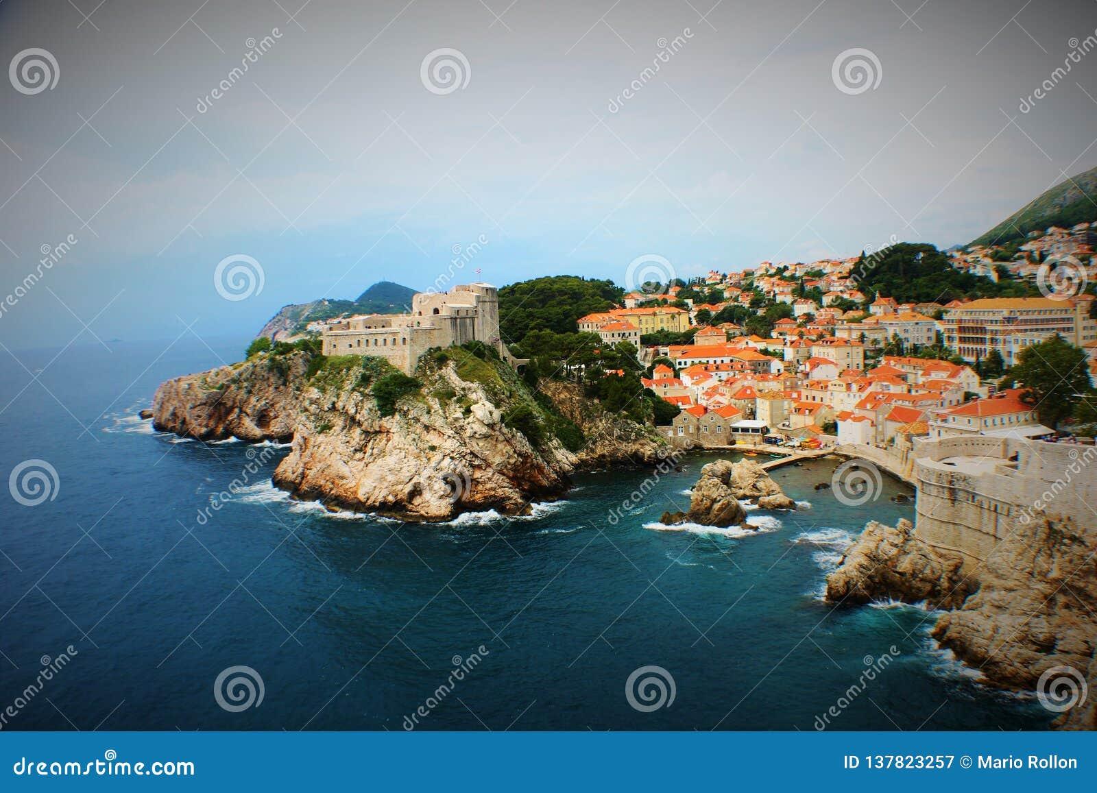 Dubrovnikkust met rotsen en muur