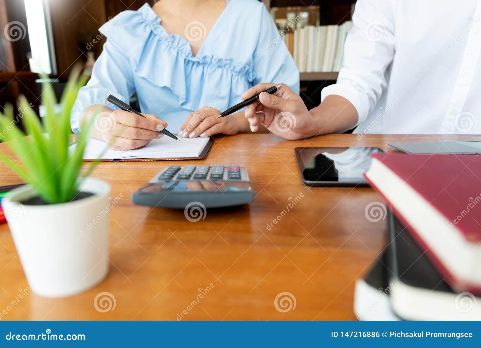 ?ducation et concept d ?cole, campus d ?tudiants ou camarades de classe apprenant l ami de rattrapage de soutien scolaire pour un