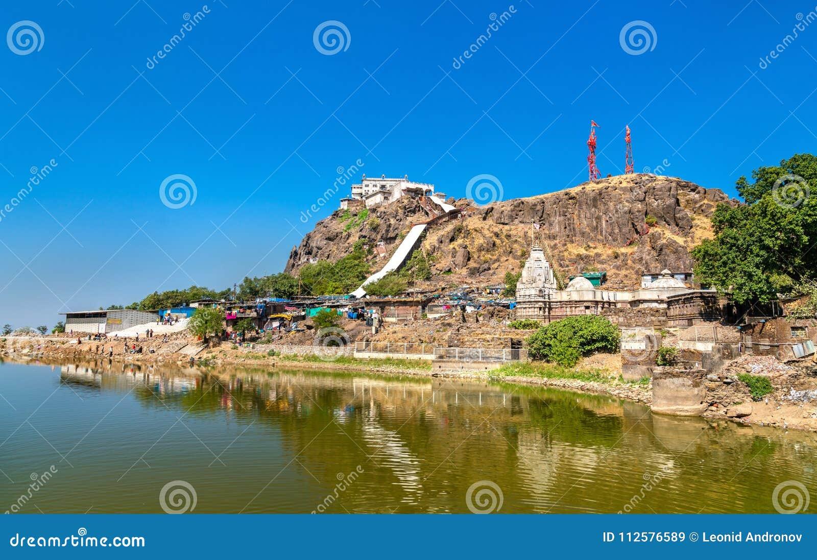 Dudhiyu Talav湖和Kalika末多寺庙在Pavagadh小山-古杰雷特,印度山顶