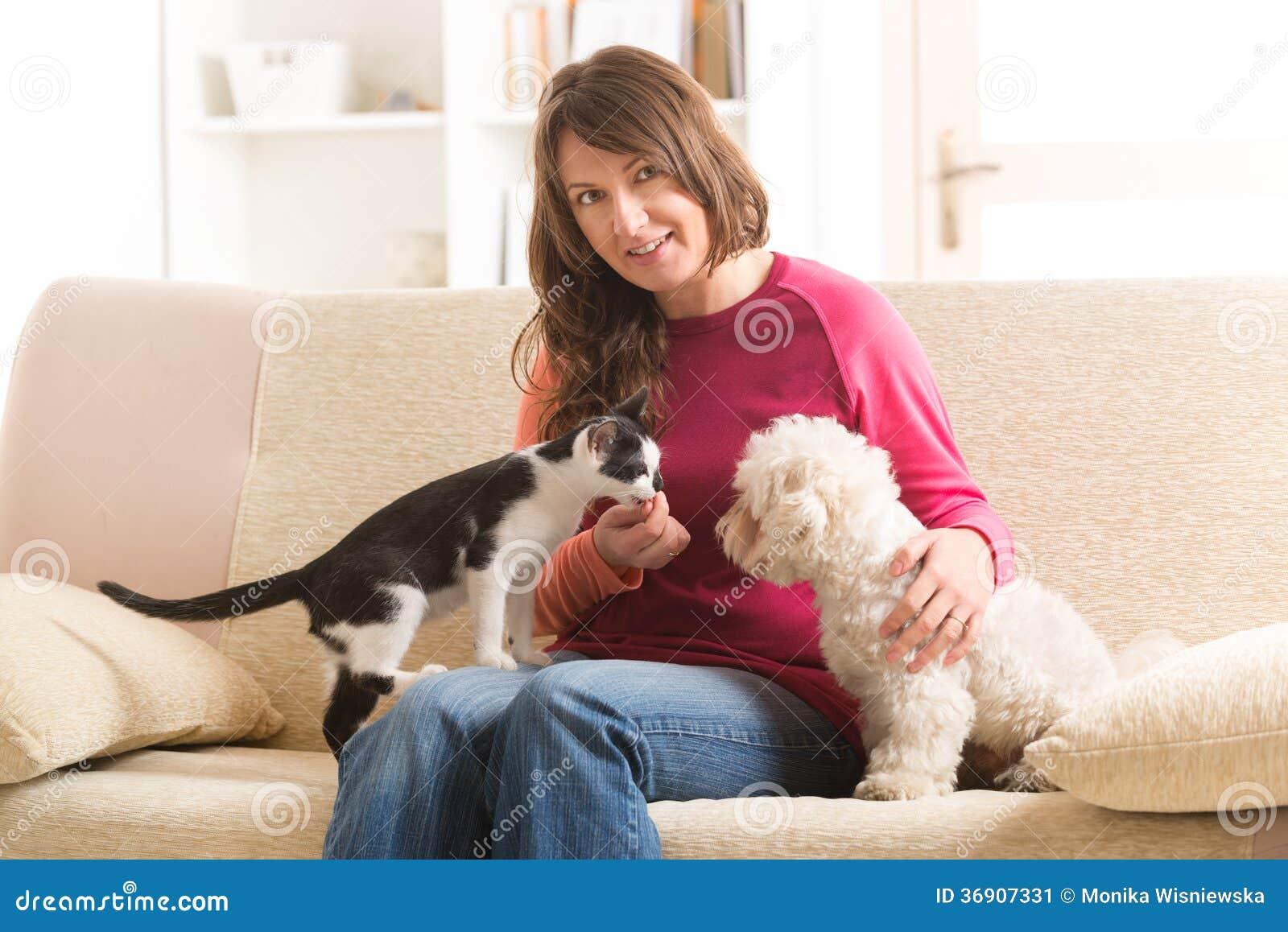 Dueño con el gato y el perro