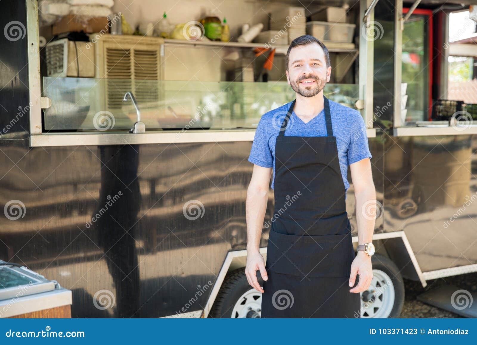 Dueño masculino del camión de la comida