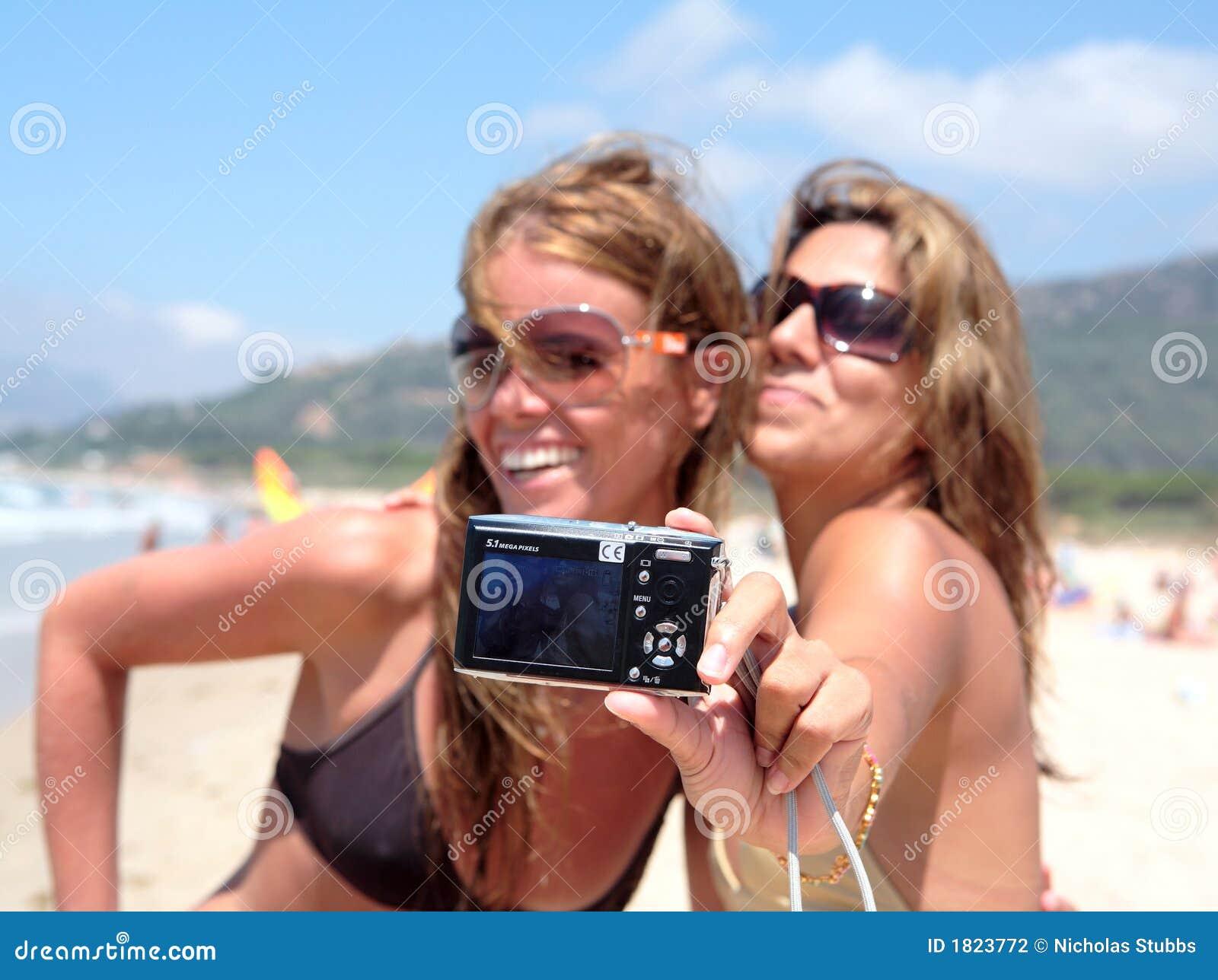 Due abbastanza giovani amiche che catturano loro una foto con la c