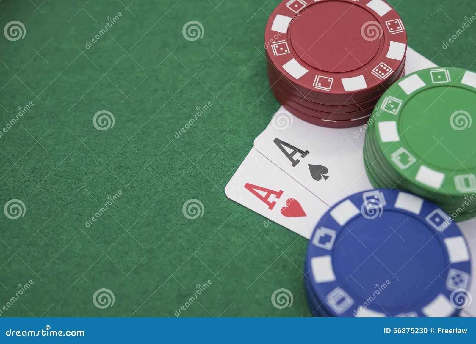Due Ace delle mazze accanto ai lotti dei chip