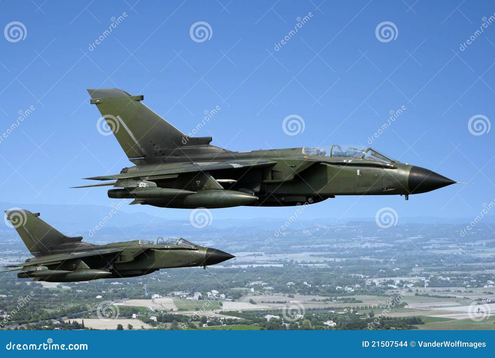 Aerei Da Caccia Nuovi : Due aerei da caccia verdi fotografia stock immagine di