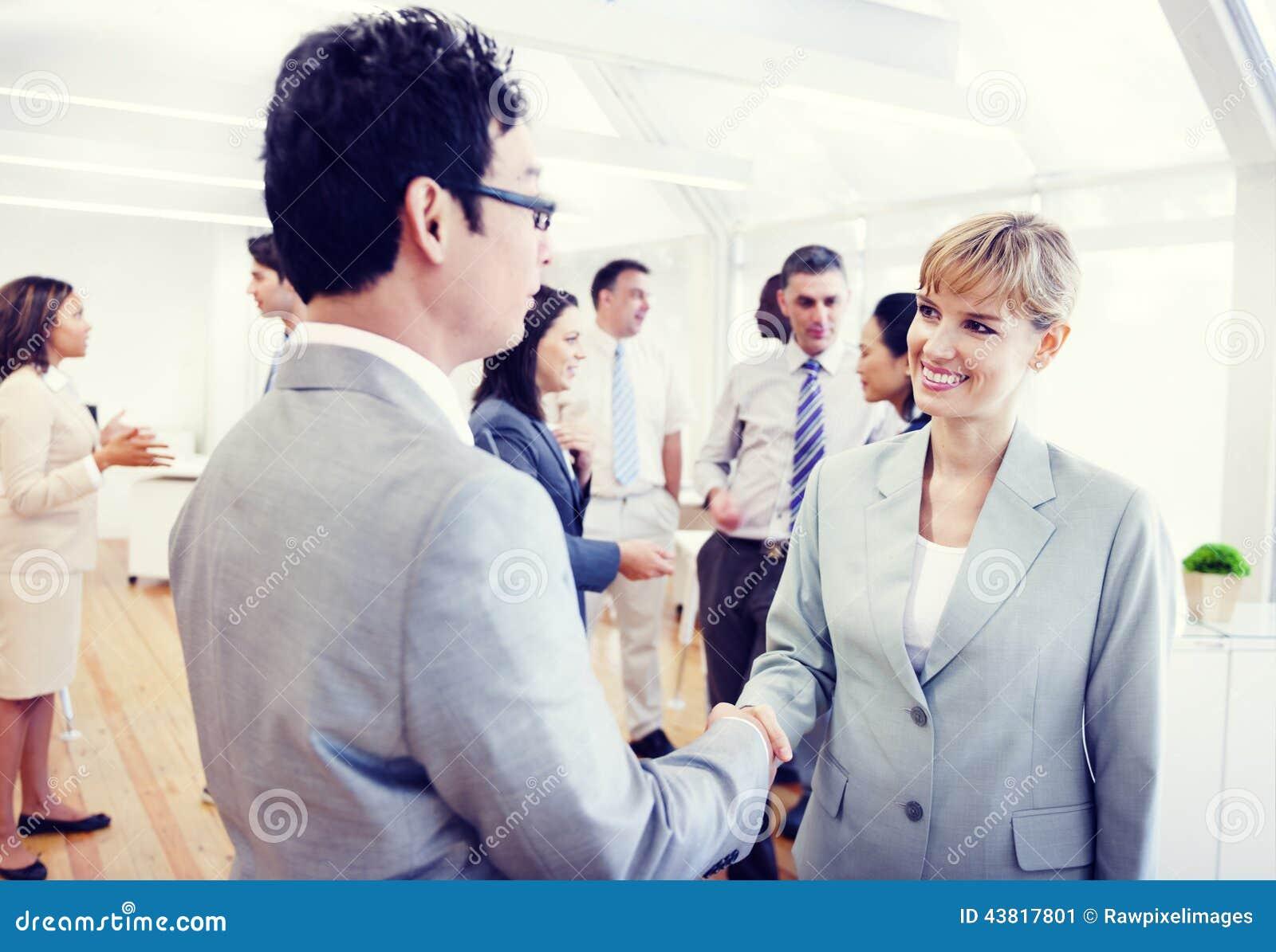 Due affare Person Handshaking nell ufficio