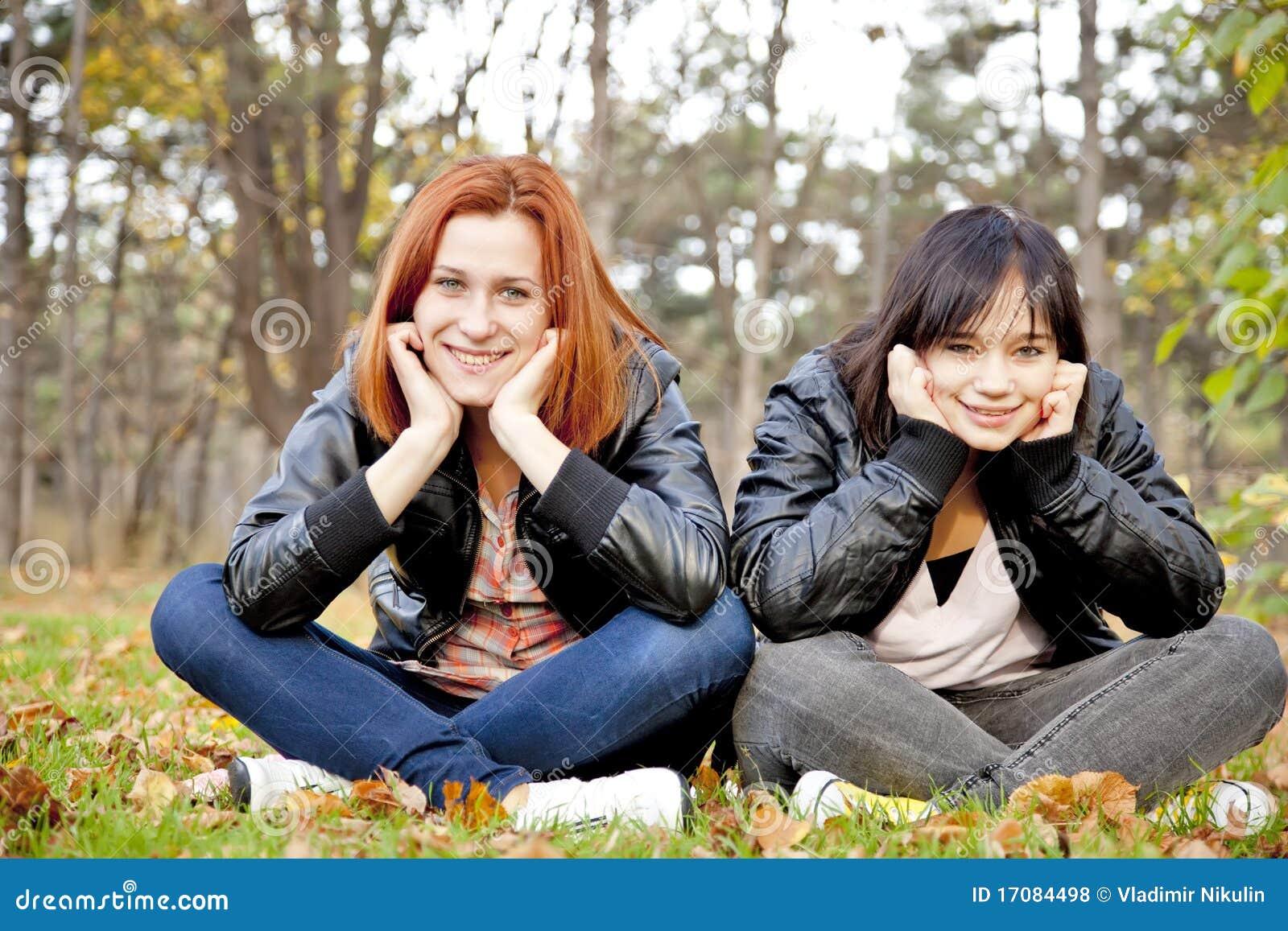 Due amiche alla sosta di autunno.