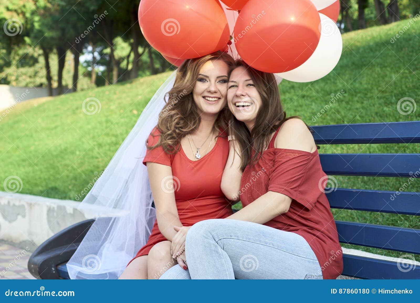 Due amici che si siedono sul banco con le palle