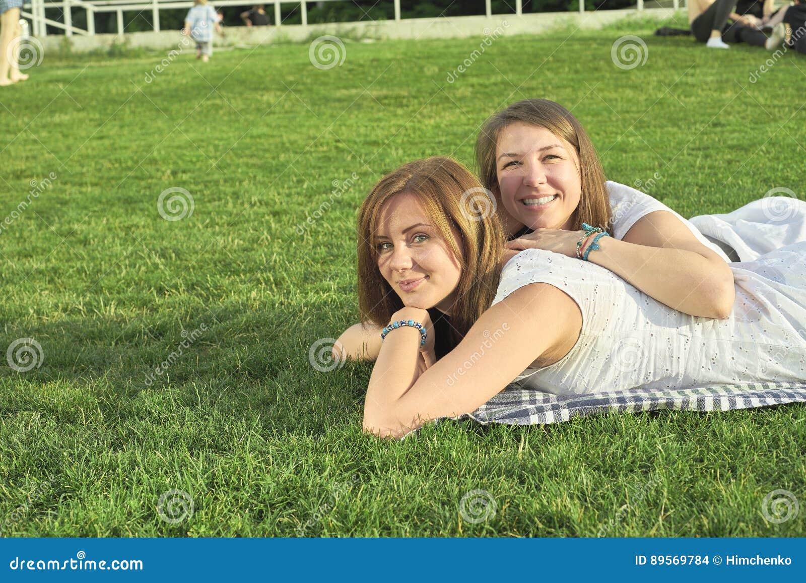 Due amici che si trovano sul prato inglese