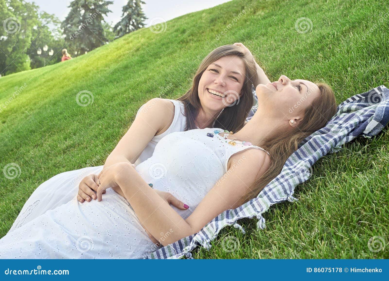 Due amici che si trovano sull erba nel parco