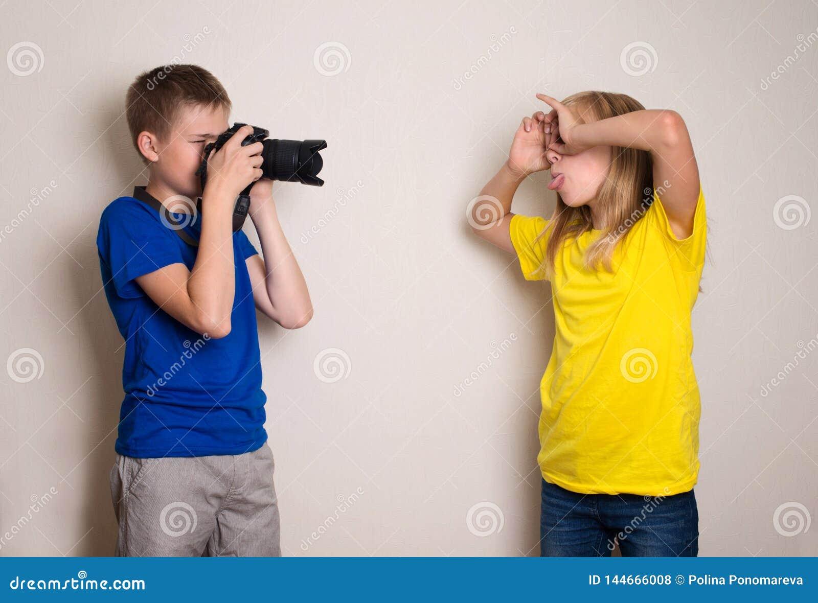 Due anni dell adolescenza dei migliori amici che fanno foto sulla loro macchina fotografica a casa, divertendosi insieme, sulla g