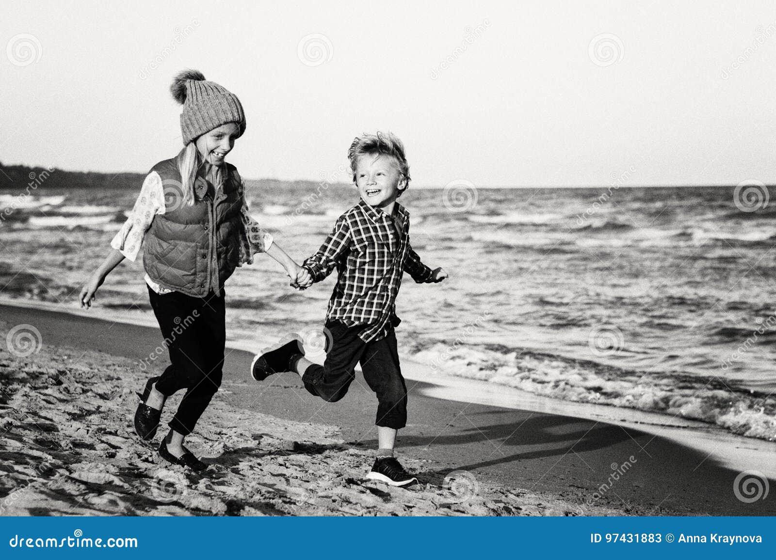 Due Bambini Caucasici Divertenti Scherza Gli Amici Che Giocano