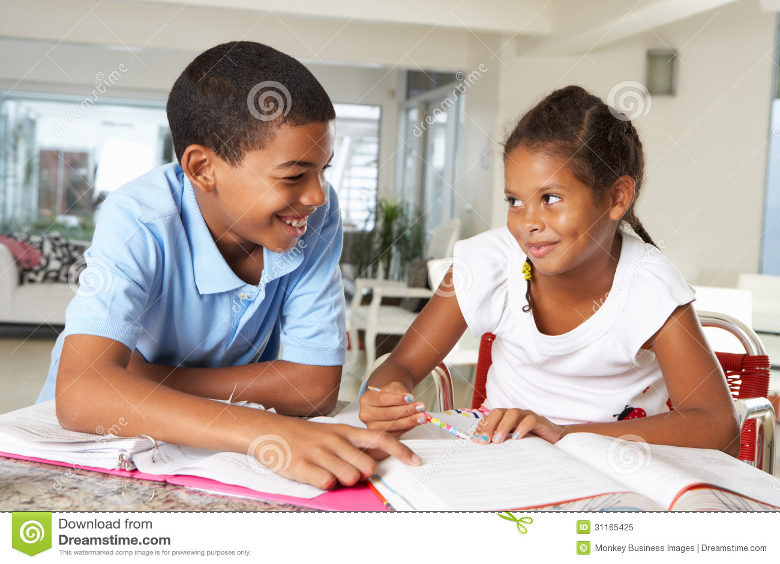 Due bambini che fanno insieme compito nella cucina