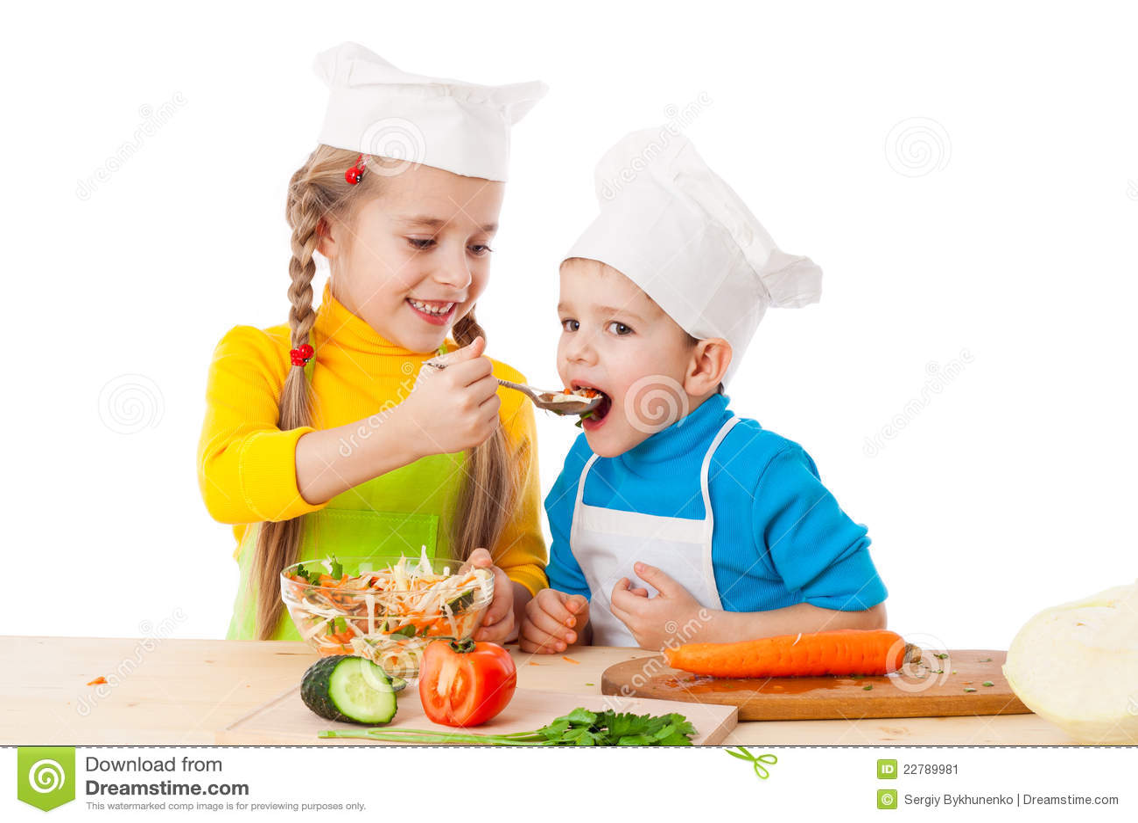 Due bambini che mangiano insalata immagine stock - Bambine che cucinano ...