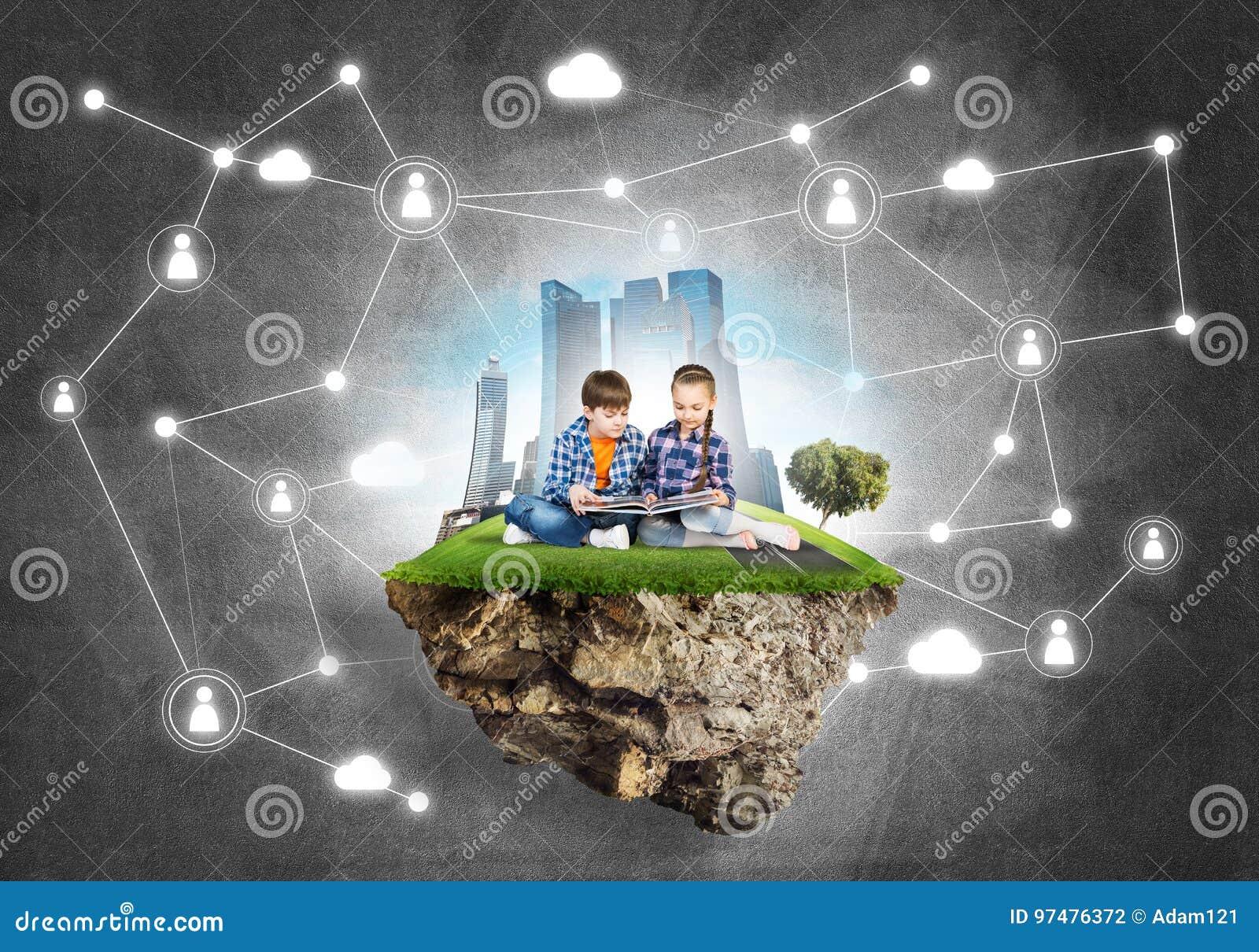 Due bambini dell età scolare con il libro che esplorano questo grande mondo