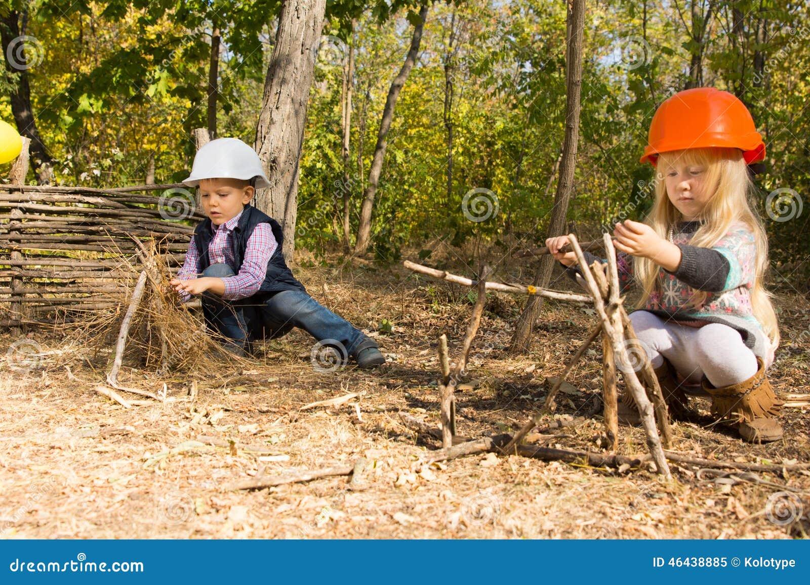 Due bambini piccoli che fingono di essere costruttori