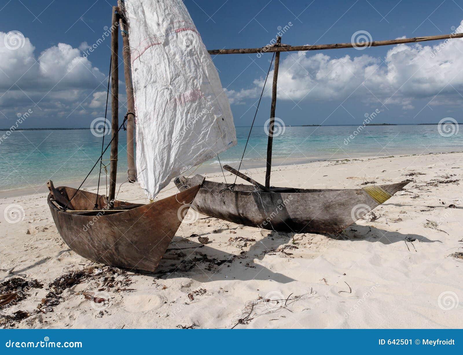 Due Barche Di Navigazione Di Legno Sulla Spiaggia Tropicale Immagine Stock - Immagine: 642501