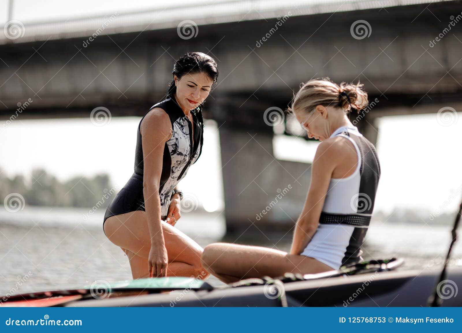 Due bei costumi da bagno delle donne in bianco e nero che si