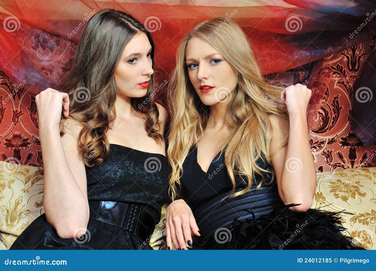 Due belle donne nell interiore orientale