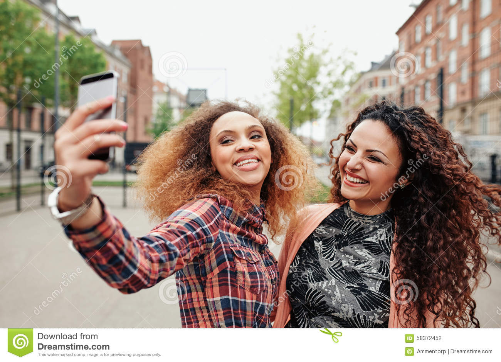 Due belle giovani donne che prendono insieme un immagine