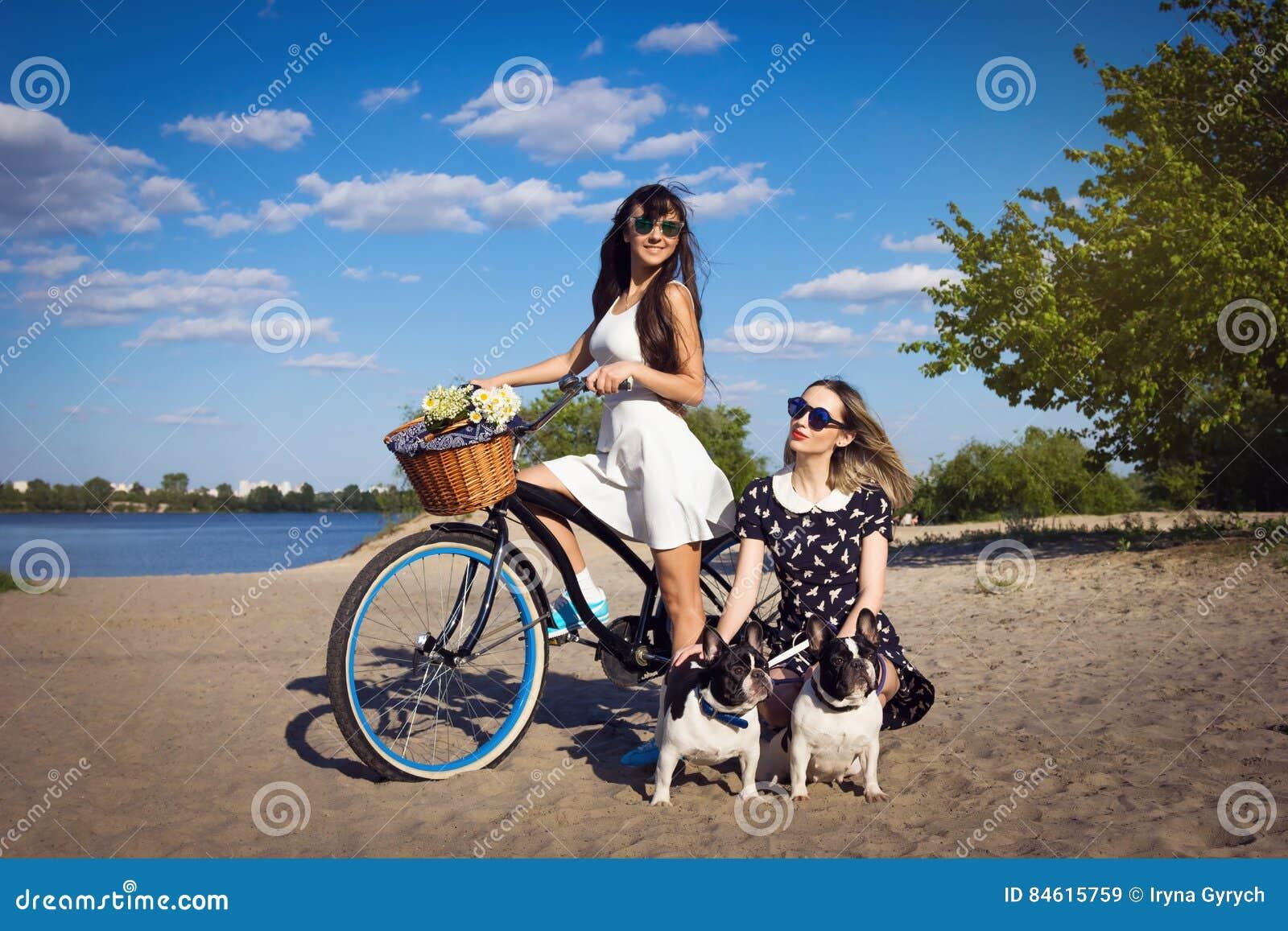 Preferenza Ragazze In Bicicletta BS71 » Regardsdefemmes VQ87