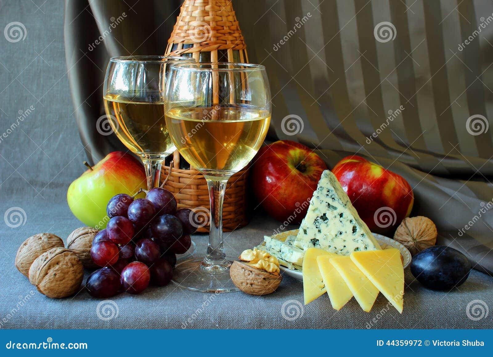 Due bicchieri di vino e frutta matura