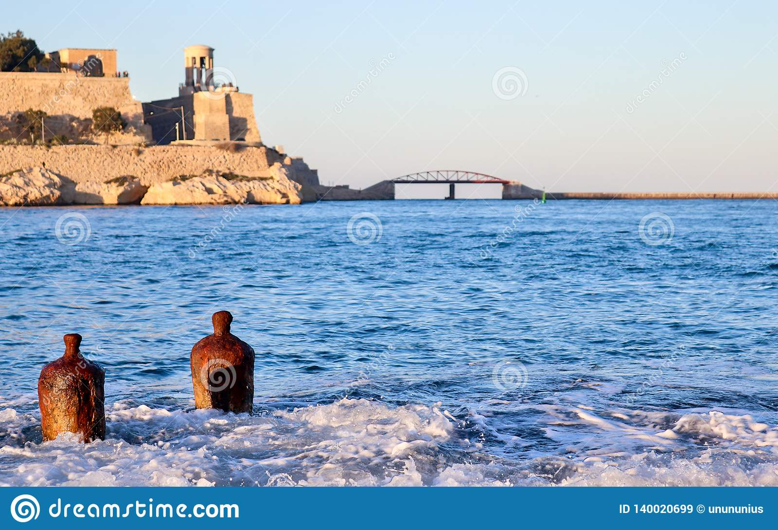 Due boe sole nella grande fortificazione della baia del porto nel fondo