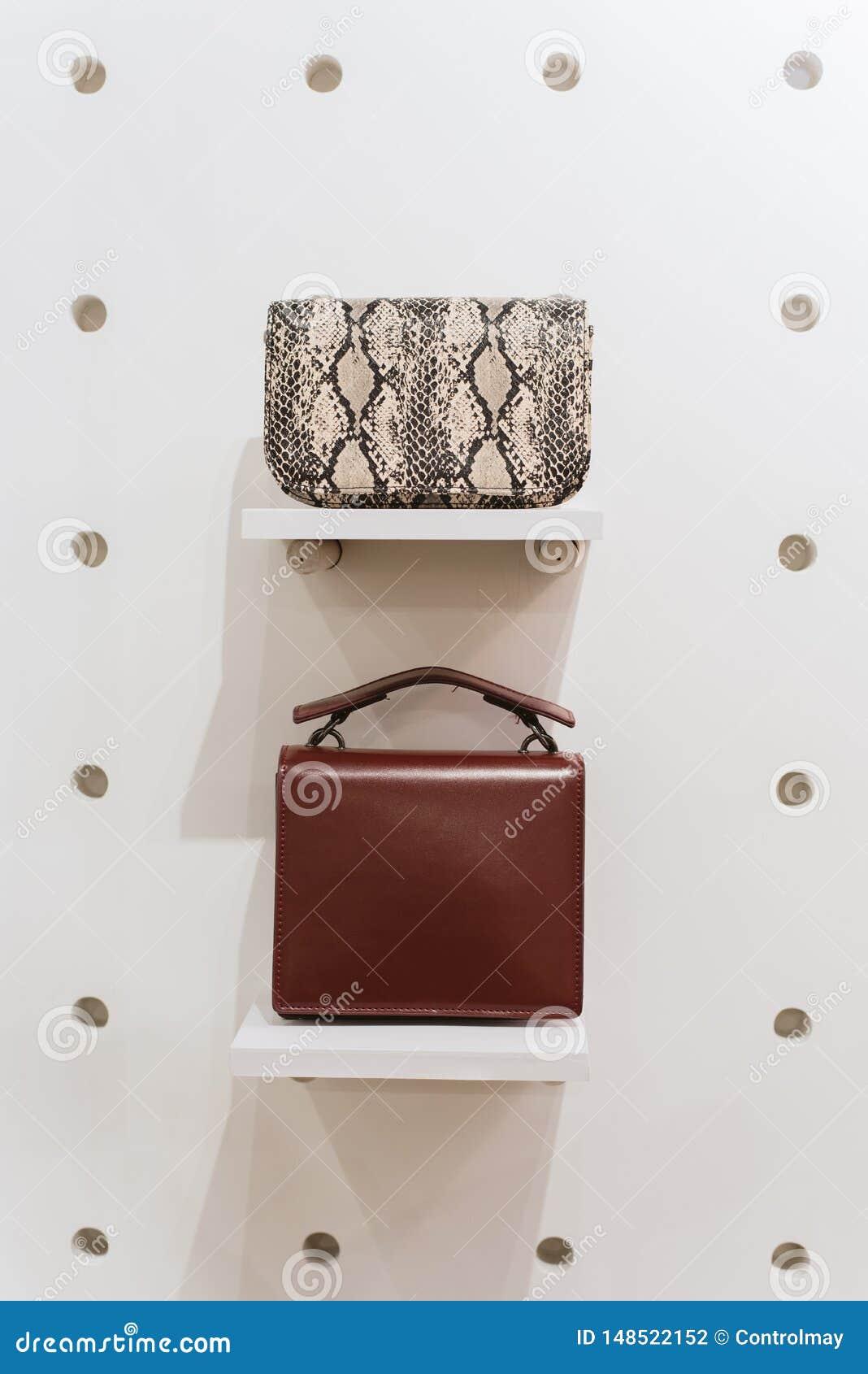 Due borse alla moda su un fondo bianco