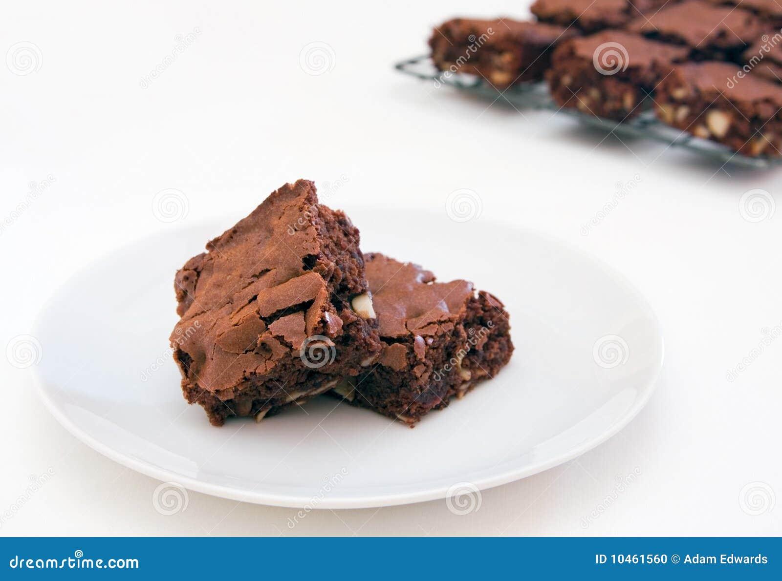 Due brownie di recente cotti su bianco