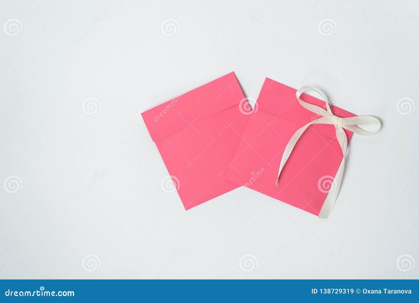 Due busta rossa con il nastro giallo sotto forma di un arco per il CD, busta quadrata