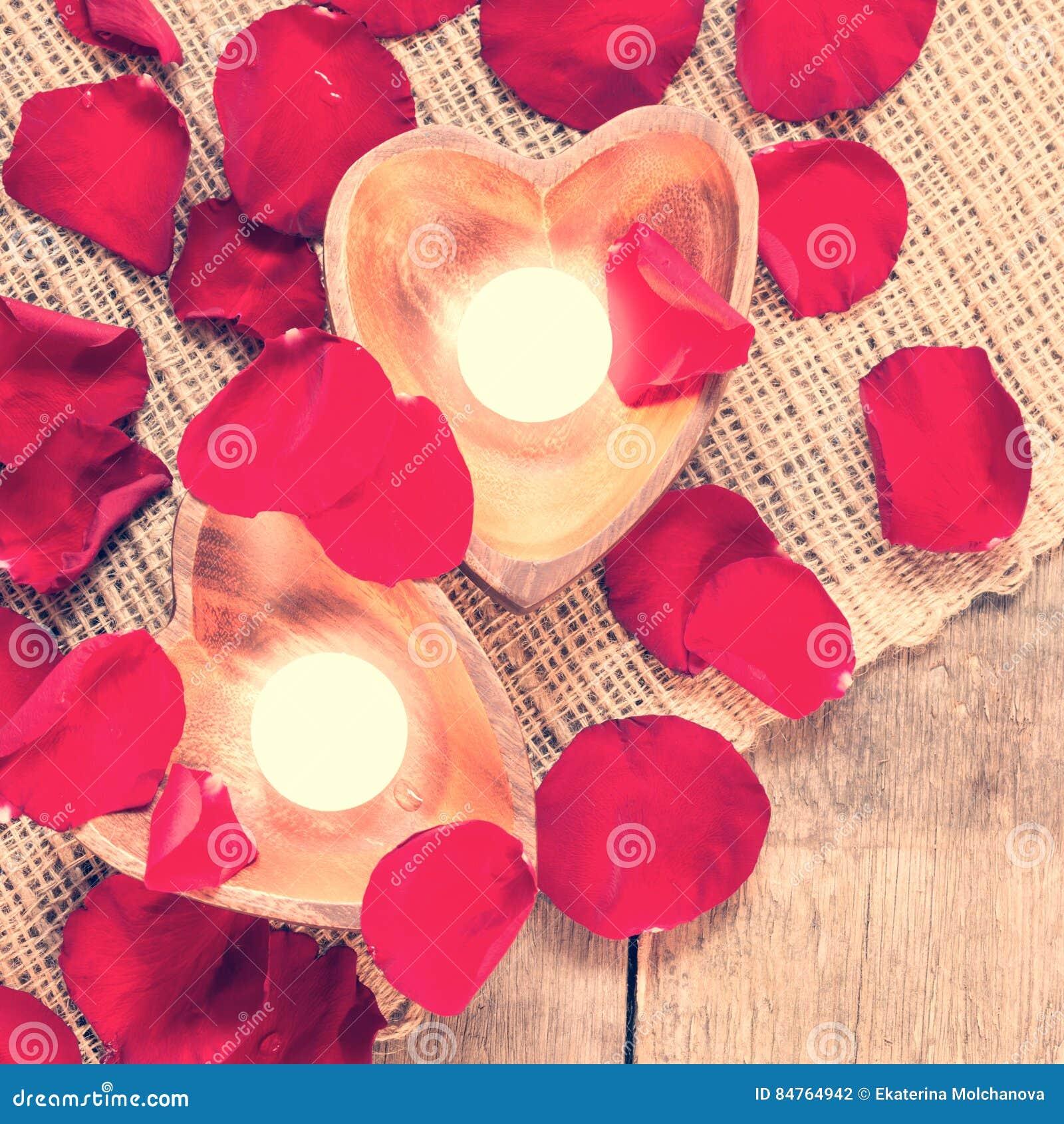 Due candele chiarite in candelieri in forma di cuore con sono aumentato