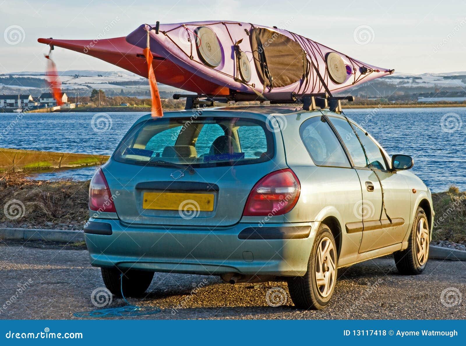 Due canoe riparate in cima ad un automobile.