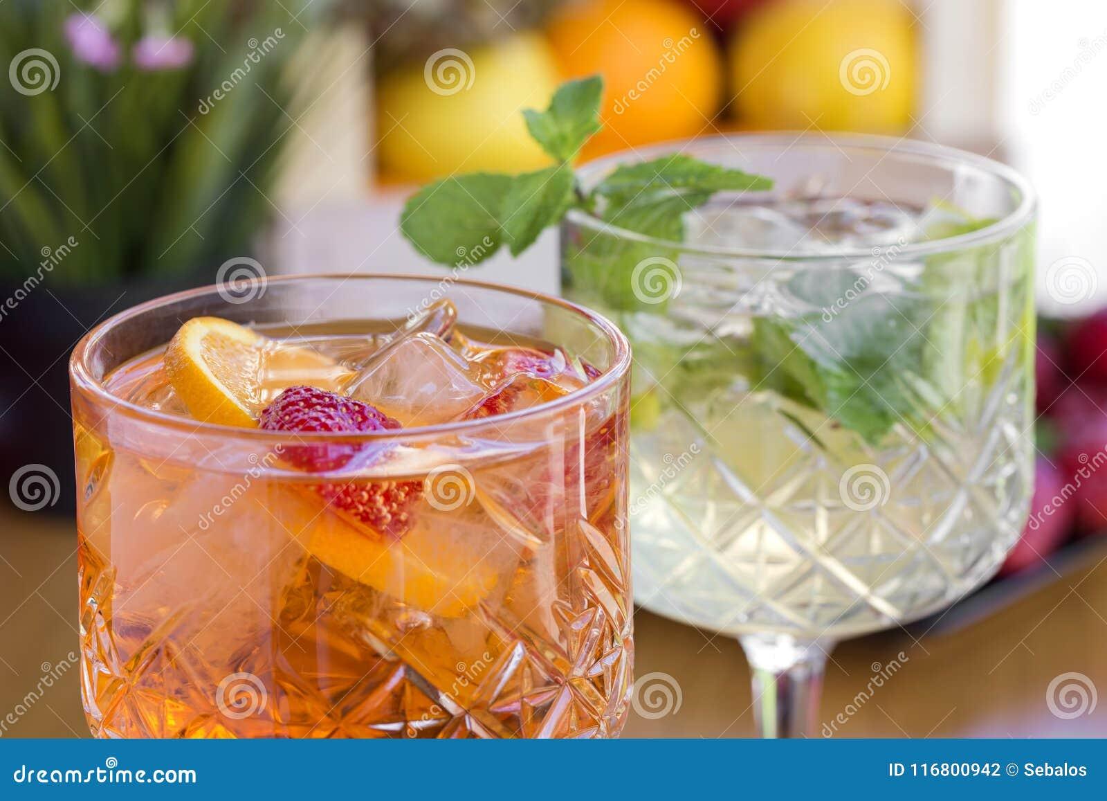 Due cocktail con vodka, le fragole, la menta ed il limone nel glasse