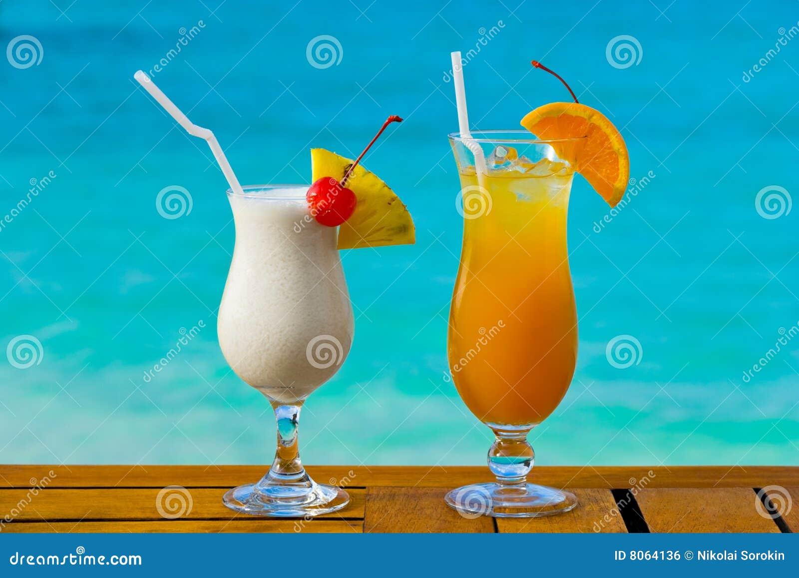 Due cocktail sulla tabella
