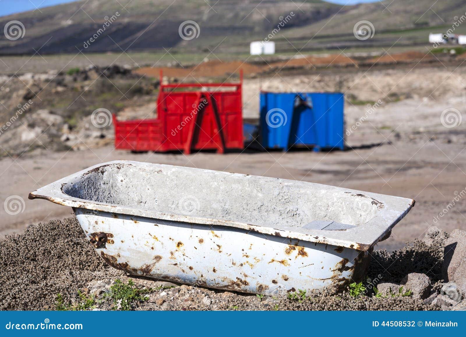Vasca Da Bagno Arrugginita : Due contenitori e una vasca da bagno arrugginita nel paesaggio