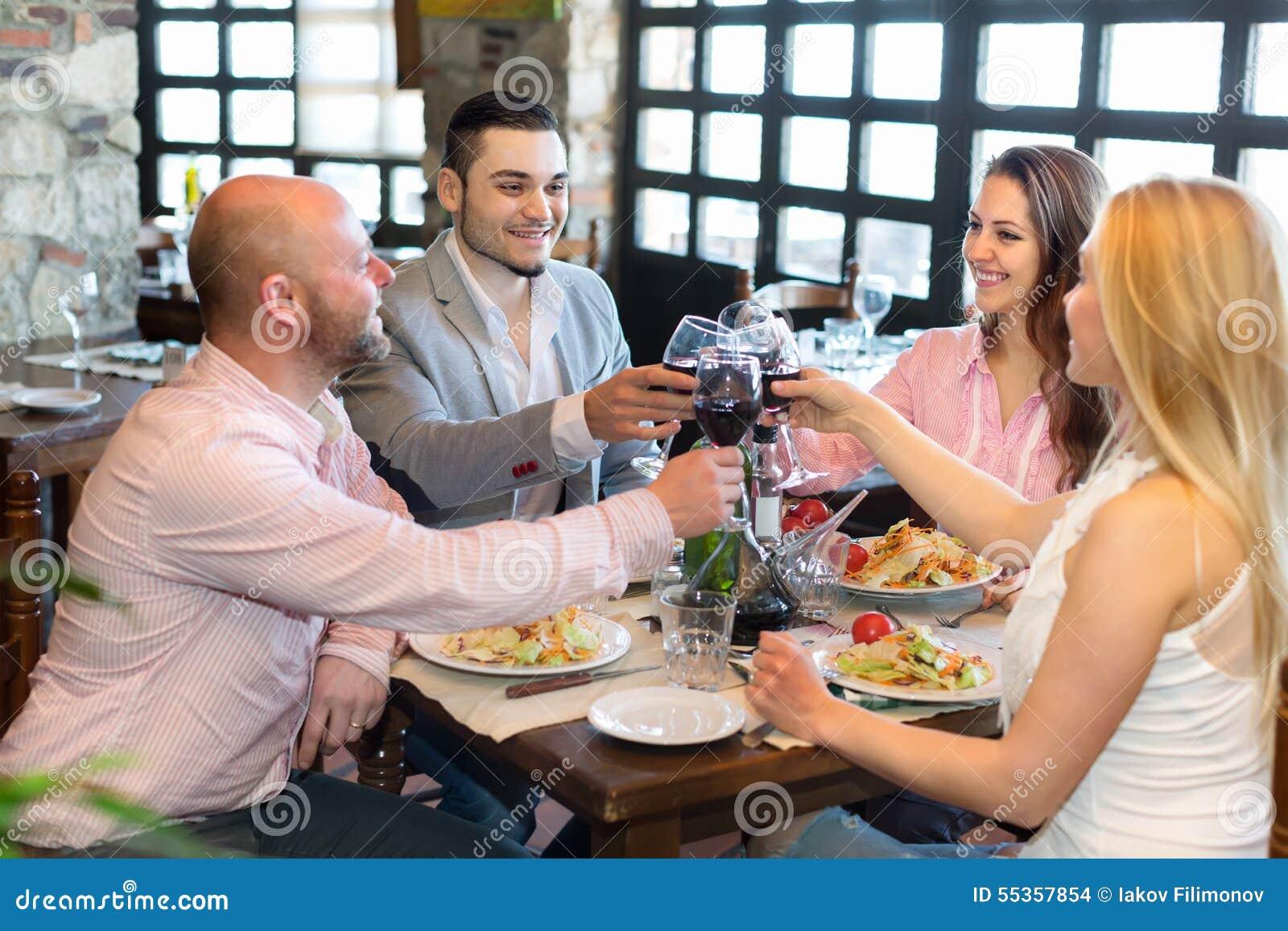 Due coppie che si siedono al ristorante